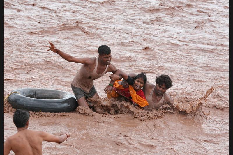 Mercredi 8 septembre à Punchkula au nord de l'Inde, ces hommes viennent en aide à une femme, prise au piège par les eaux, conséquence des fortes pluies de ces derniers jours.