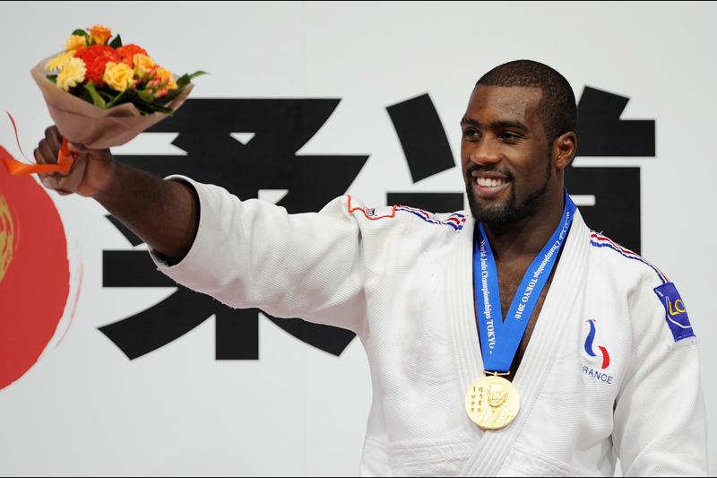 Pour la troisième fois consécutive, le français Teddy Riner a remporté la médaille d'or de la catégorie des +100 kg après avoir battu l'Allemand Andreas Toelzeren en finale aux championnats du monde de judo, jeudi 9 septembre à Tokyo.