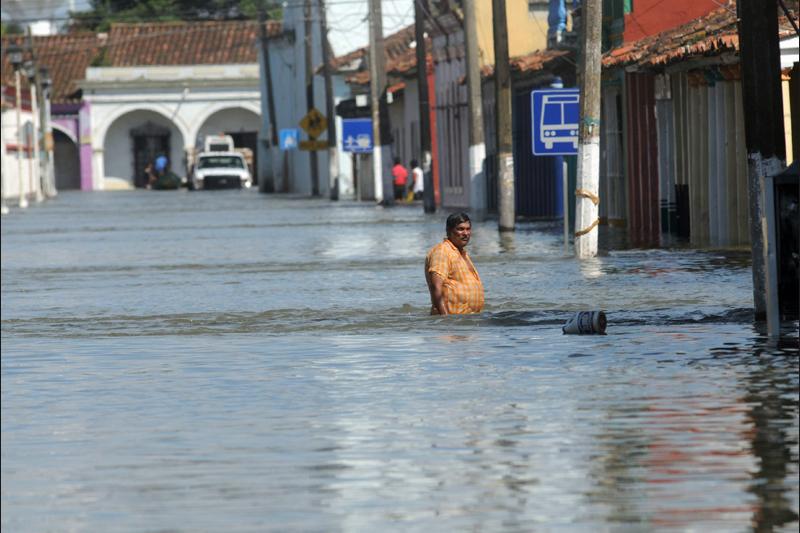 Jeudi 9 septembre, cet homme marche dans une rue inondée de la ville de Tlacotalpan au Mexique après le passage de pluies diluviennes. On dénombre plus de 900.000 sinistrés.
