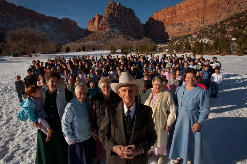 Cette photo de Stephanie Sinclair (Agence VII) a été primée (Visa d'or Magazine) au festival de Perpignan. Le jour de son 89e anniversaire, l'Américain Joe S. Jessop pose avec ses cinq épouses (dont l'âge varie entre 88 et 46 ans), ses 46 enfants et ses 239 petits-enfants. Ce mormon dissident a fondé sa « famille céleste » à Hildale, dans l'Utah.
