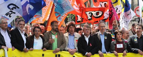 Les laeders syndicaux défilent le 1er mai 2009 à Paris. De gauche à droite : Bernard Van Craeynest (CFE-CGC) , Jacques Voisin (CFTC), Alain Olive (Unsa), François Chereque (CFDT), Bernard Thibault (CGT), Jean-Claude Mailly (FO), Gerard Aschieri (FSU), Annick Coupe (Solidaires) et Gilles Moindrot (SNUIPP-FSU).