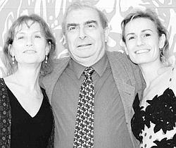 Claude Chabrol et deux de ses actrices fétiches, Isabelle Huppert et Sandrine Bonnaire, en 1995.