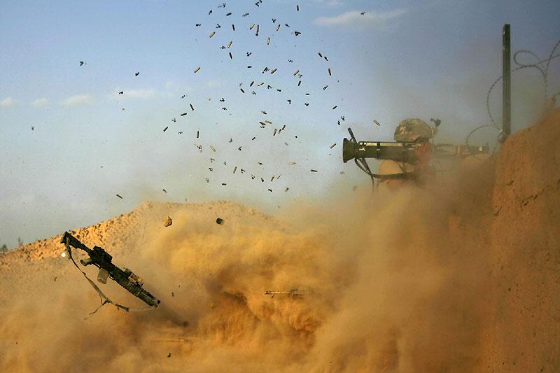 Un soldat américain fait feu en direction des talibans près du village de Jellawar, dans la vallée d'Arghandab, en Afghanistan, samedi 11 septembre.
