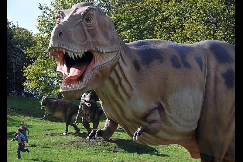 Ces enfants, visiteurs de l'exposition «Le monde des dinosaures», à Kiev, en Ukraine, jouent à se faire peur, le 10 septembre.