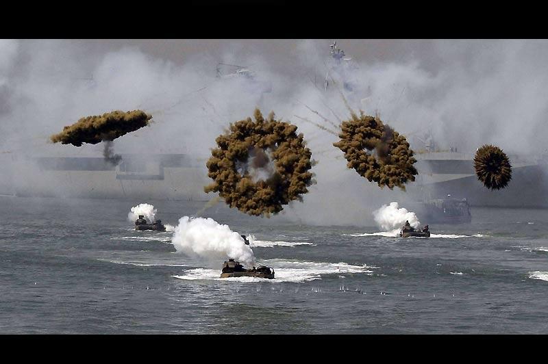 Fausse bataille navale mais vraie commémoration en mer, près de Incheon, à l'ouest de Séoul, mercredi 15 septembre. La Corée du Sud célèbre le 60ème anniversaire du débarquement d'Incheon.