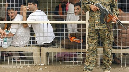 Des prisonniers attendent d'être libérés à Bagdad en avril dernier.