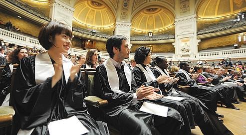 Des doctorants lors de la remise de leur diplôme à la Sorbonne, en mars dernier.