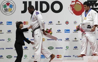 Teddy Riner, dépité, quitte la tête basse le podium, devant son bourreau, Daiki Kamikawa.
