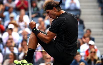 Rafael Nadal dans sa posture traditionnelle