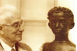 Paul Belmondo en 1978 devant le buste de Jean-Paul enfant (Keystone)
