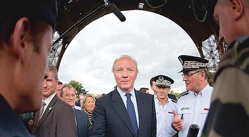 Dès mardi après-midi, le ministre de l'Intérieur, Brice Hortefeux, s'est rendu au pied de la tour Eiffel