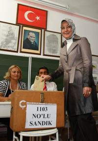 Hayrunnisa Gul, la femme du président turc Abdullah Gul vote à Ankara lors du référendum, le 12 septembre dernier. AFP PHOTO / ADEM ALTAN