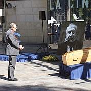 Frédéric Mitterrand devant le cercueil de Claude Chabrol.