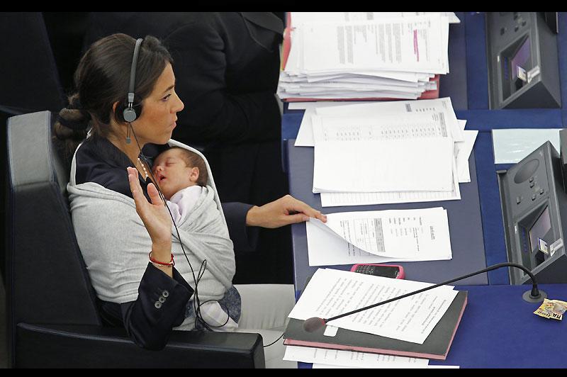 La député européenne italienne Licia Ronzulli a fait sensation, mercredi 22 septembre, au Parlement européen, à Strasbourg en participant à la séance plénière en portant contre elle son bébé d'un mois. Elle a reçu les applaudissements de ses collègues, avant de revendiquer des meilleurs droits pour les femmes.