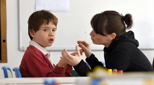 Une éducatrice s'occupe d'un enfant autiste à l'institut médico-éducatif «Les petites victoires», le 24 avril 2008 à Paris. (crédits photo: Franck Fife/AFP)