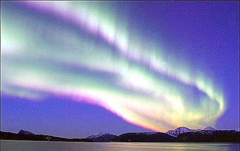 Les aurores boréales et australes se forment lorsque les vents solaires entrent en collision avec la haute atmosphère terrestre.