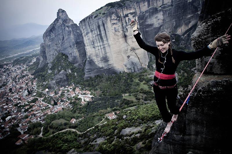 Sur les sites des monastères des Météores, au nord de la Grèce, près de Kalambaka, cette jeune fille pratique le slackline. Il s'agit de marcher sur une sangle élastique plutôt que sur un câble rigide sans utiliser de balancier. Adeptes de nouvelles sensations, bienvenus !