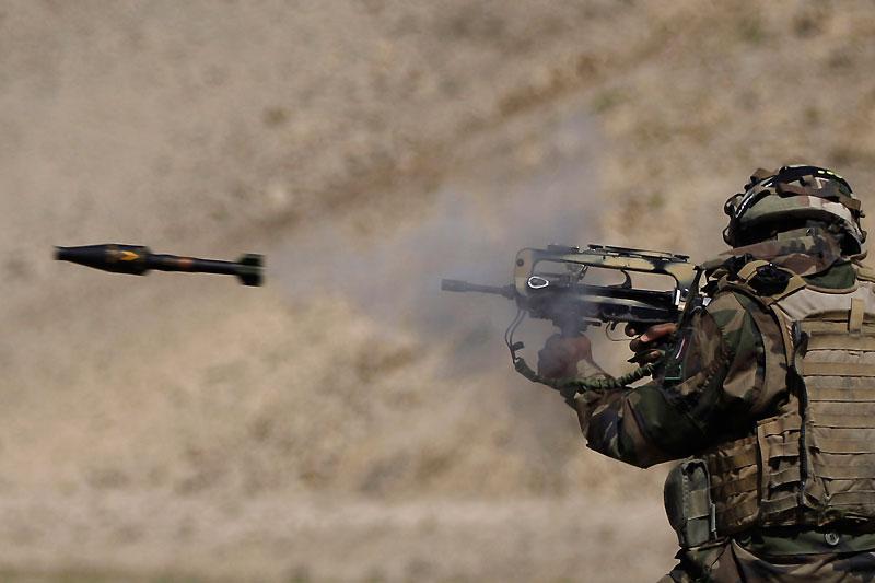 Ce soldat français, membre du 1er régiment d'infanterie de marine, s'entraîne à une séance de tir sur une base militaire de la province de Surobi, en Afghanistan, le 24 septembre.