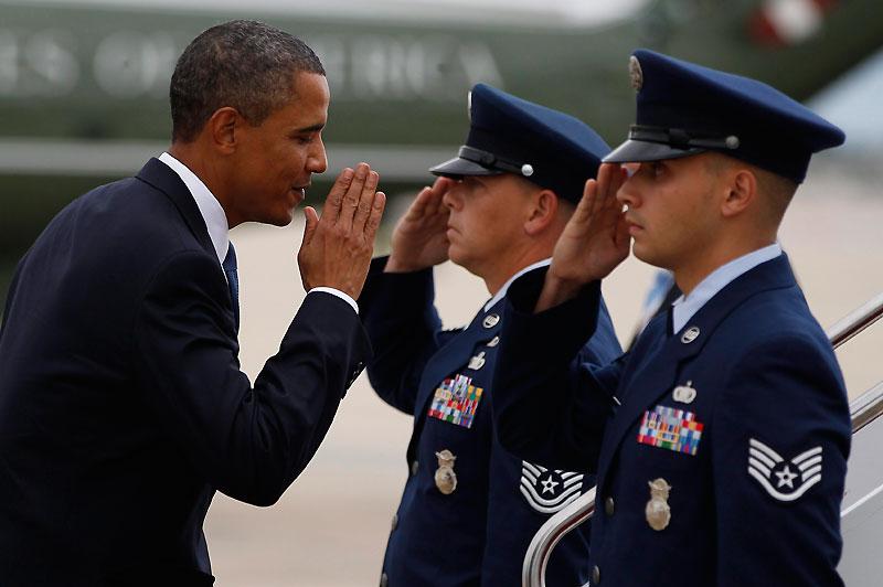 Mardi 28 septembre, le président américain Barack Obama salue ces deux officiers, juste avant d'embarquer dans l'avion en direction d'Albuquerque, au Nouveau-Mexique.