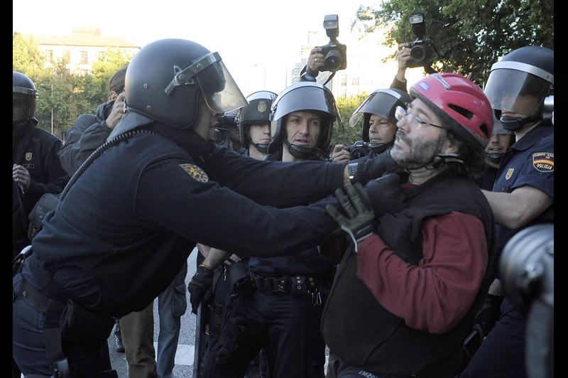 Des heurts ont éclaté mercredi 29 septembre, à Madrid, lors d'une manifestation contre les mesures d'austérité engagées par le gouvernement du socialiste José Luis Rodriguez Zapatero. Pour la première fois depuis 2002, l'Espagne est paralysée par cette grève générale.