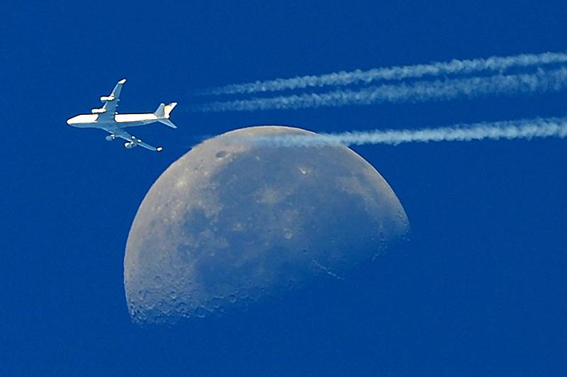 Jeudi 30 septembre, à Martigues, près de Marseille, cet avion passe sur fond de lune immense, comme du jamais vu !
