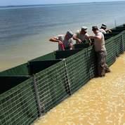 Installation d'un mur Hesco pour protéger les rives du Glofe du Mexique pendant la marée noire.