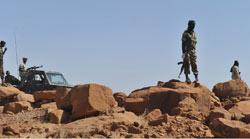 Des soldats nigériens patrouillent sur la route entre Agadez et Arlit, où les Français ont été enlevés. (crédits photo: AFP/Issouf Sanogo)