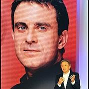 Valls sur le canapé rouge de Drucker