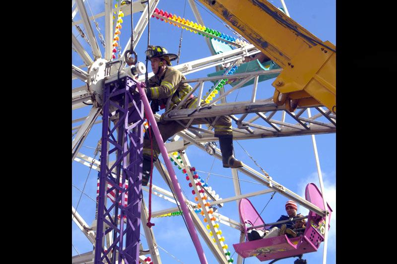 Venues pour s'amuser, ces personnes se sont retrouvées bloquées dans la nacelle d'une attraction à Racine, dans l'État américain du Wisconsin. L'évacuation a mobilisé une dizaine de pompiers, samedi 2 octobre.