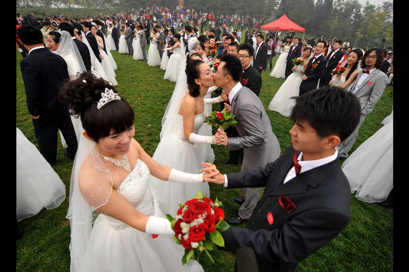 Ils se sont dits oui, sous les auspices favorables du chiffre 10 qui symbolise la perfection, à 10h10 le 10/10/10. Au total, ils étaient soixante couples à participer au mariage de masse organisé au Parc forestier olympique de Beijing, en Chine.