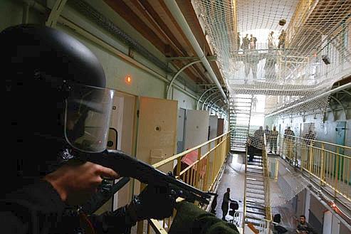 Exercice de simulation d'une Équipe régionale d'intervention et de sécurité (Eris), la semaine dernière, dans une prison de Rennes. Crédits photo : Le Figaro.