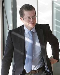 Le très populaire Karl-Theodor zu Guttenberg fait figure de favori à sa succession.