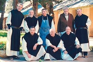 Juste avant leur enlèvement, les moines de Tibhirine avaient pris une photo de groupe. Avec beaucoup d'habileté, Xavier Beauvois, le cinéaste, a utilisé la scène qui permet à son équipe d'acteurs de poser, eux aussi, pour la postérité. (Why not Productions/Armada Films)
