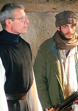 Noël 1993. Les terroristes font une incursion dans le monastère. Le prieur, le père de Chergé (Lambert Wilson), obtient leur départ au nom du «Prince de la paix» qui est né cette nuit-là. (Mars Distribution)