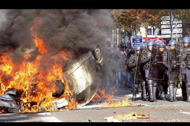 Lundi 18 octobre, à Nanterre, comme dans plusieurs grandes villes de France, la mobilisation contre la réforme des retraites s'est poursuivie dans un établissement scolaire et a dégénéré en affrontements entre jeunes et forces de l'ordre. Un face-à-face qui s'est soldé par plusieurs voitures incendiées.