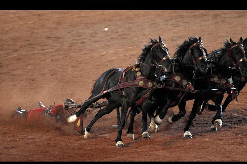 Mercredi 20 octobre, au stade du parc olympique de Sydney, en Australie, ce cavalier répète en vue du prochain tournage d'un «remake» du grand classique du cinéma <i>Ben-Hur</i>.