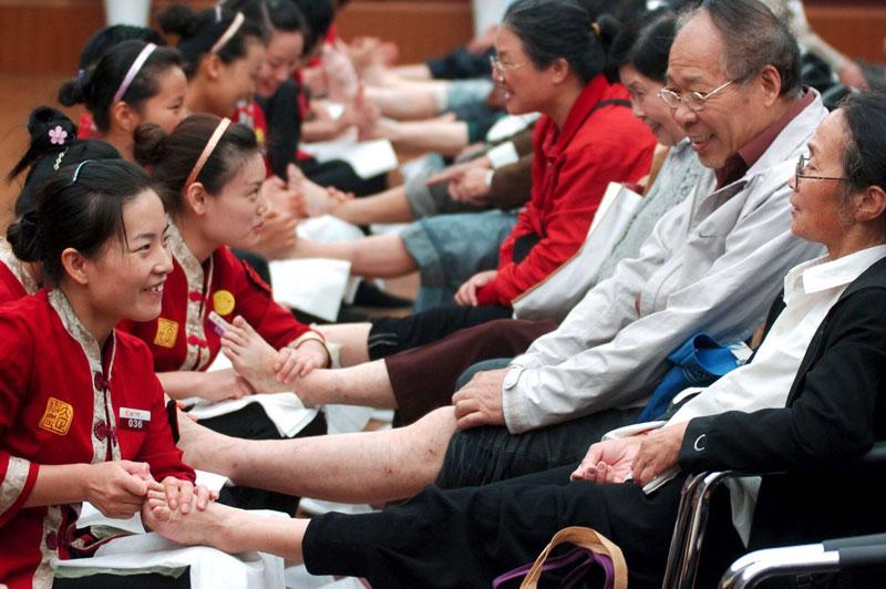 Mardi 19 octobre, à Hangzhou, la capitale de la province chinoise du Zhejiang, certains ont pu profiter joyeusement d'une séance de massage.