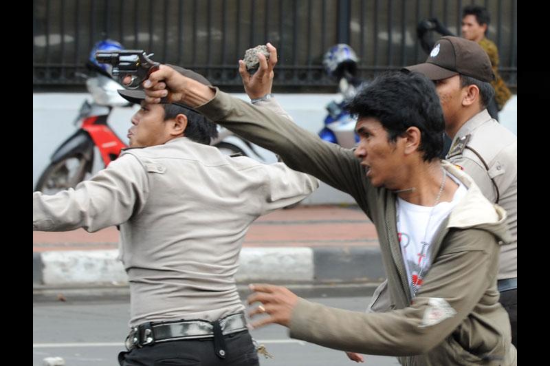 Mercredi 20 octobre, devant le palais présidentiel, à Jakarta, des policiers affrontent des manifestants avec des armes et des pierres. Des milliers d'Indonésiens ont défilé pour protester contre la politique du président Susilo Bambang Yudhoyono.