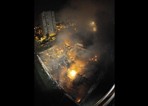 Depuis 5 heures, l'incendie est maîtrisé. Les débris continuaient toutefois à se consumer en début de matinée.