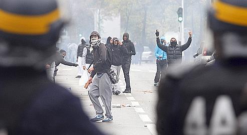 Affrontement entre forces de l'ordre et jeunes manifestants, mardi à Nanterre.