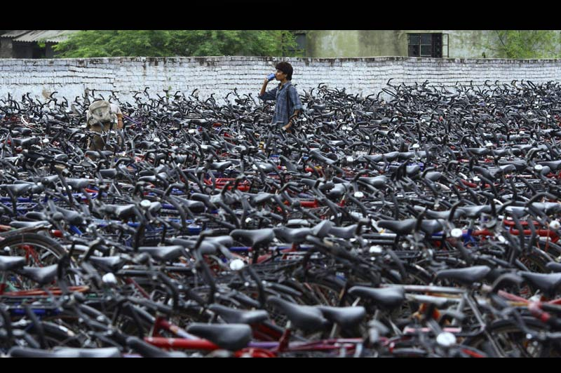<b>EN SELLE POUR LES ÉTUDES</b>. La densité de ce parc à vélos indien, aux portes d'un centre d'examens universitaire du Rajasthan, témoigne de l'engouement des jeunes de ce pays pour des études exigeantes. L'Inde compte en effet 400 millions de personnes de moins de 18 ans, dont 450 000 qui tentent chaque année d'être admis dans l'une de ses rares écoles d'ingénieurs. Mais le problème, c'est que celles-ci ne peuvent en accueillir que 13000, ce qui oblige de très nombreuses familles à se saigner aux quatre veines (5,3 milliards d'euros de dépenses par an) pour envoyer leurs enfants étudier à l'étranger. Et toutes n'en ont pas les moyens, bien sûr... à commencer par celles dont la progéniture roule à vélo.
