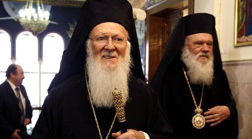 Mgr Iéronymos, actuel primat de Grèce (à droite),en compagnie du patriarche Bartholomée, le 4 février 2010 à Athènes. (Crédits photo : Yiorgos Karahalis/Reuters)