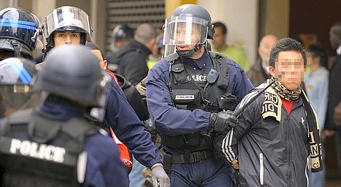 Un jeune interpellé parles forces de l'ordre, le 19 octobre à Lyon. En banlieue parisienne,des policiers ont exploité des sources vidéo pour identifier les meneurs de plusieurs échauffourées.
