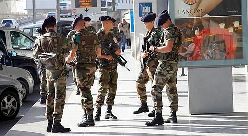 Des soldats du 4e régiment de chasseurs alpins de Gap, samedi à l'aéroport Roissy-Charles de Gaulle.