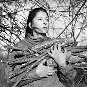 Marina Abramovic, star de la performance d'origine serbe : «Portrait with Firewood», 2009. (Crédits : Courtesy beaumont Public Gallery / Luxembourg)
