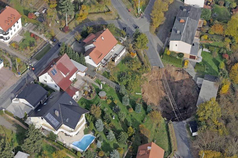 Un impressionnant et inexpliqué glissement de terrain a coupé en deux la route qui traverse Schmalkalden, village du centre de l'Allemagne, lundi 1er novembre.