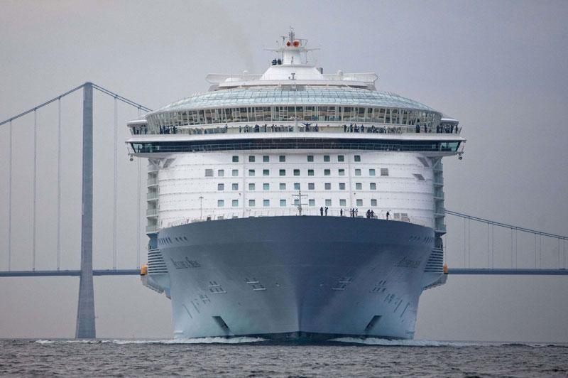 Le plus grand paquebot du monde, L'Allure of the Seas, a fait, il y a quelques jours, une sortie spectaculaire en mer Baltique, pour son premier voyage, en passant à peine un mètre sous un grand pont danois du Storebaelt. Direction : Port Everglades, aux États-Unis.