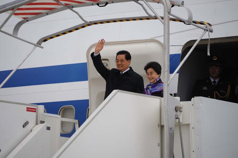 Le président chinois Hu Jintao et son épouse Liu Yongqing ont atterri, jeudi 4 novembre, en début d'après-midi, à l'aéroport parisien d'Orly. Cette visite d'État durera trois jours avec un protocole «exceptionnel».