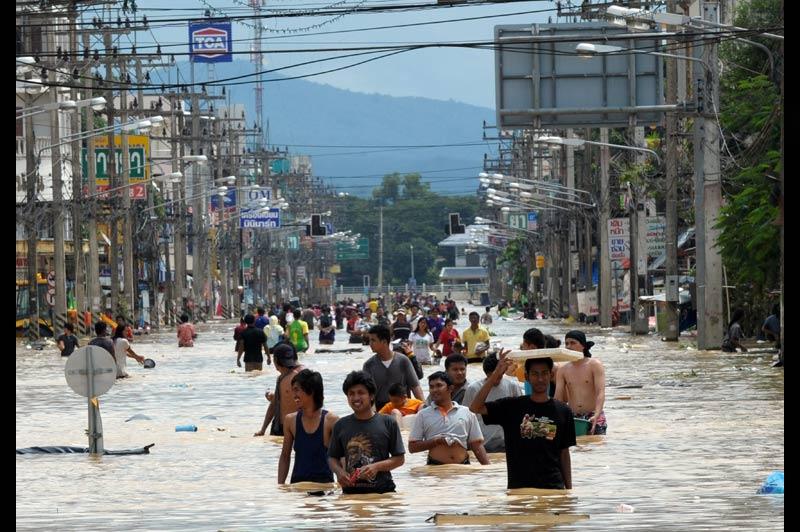 Jeudi 4 novembre, les habitants de la ville de Hat Yai, en Thaïlande, étaient toujours sous les eaux après les importantes inondations de ces derniers jours.