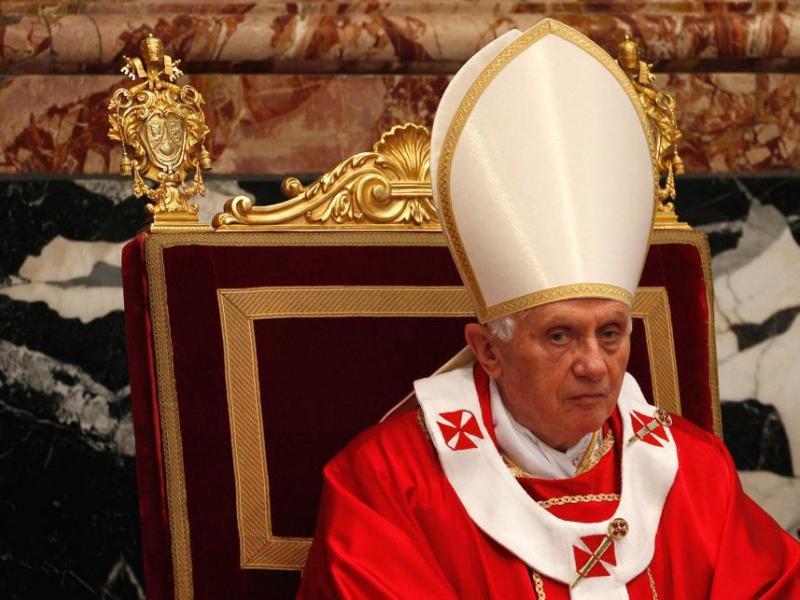 <b>Benoît XVI. </b>Malgré la multiplication des scandales pédophiles ayant éclaboussé l'Eglise, le pape progresse de six places par rapport à 2009 et se place sur la cinquième marche du classement. <i>Forbes</i> rappelle que ce Saint-Père «traditionaliste» guide plus d'un milliard de fidèles. Le journal salue sa volonté de réconciliation vis-à-vis des Anglicans et ses excuses répétées auprès des victimes d'abus sexuel. <i>Forbes</i> va jusqu'à le féliciter pour son élégance : Benoît XVI a notamment remis à la mode le rouge papal.